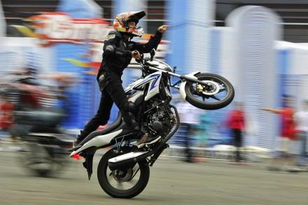 Foto ini menggambarkan aksi Freestyler Honda CBR150 Streetfire